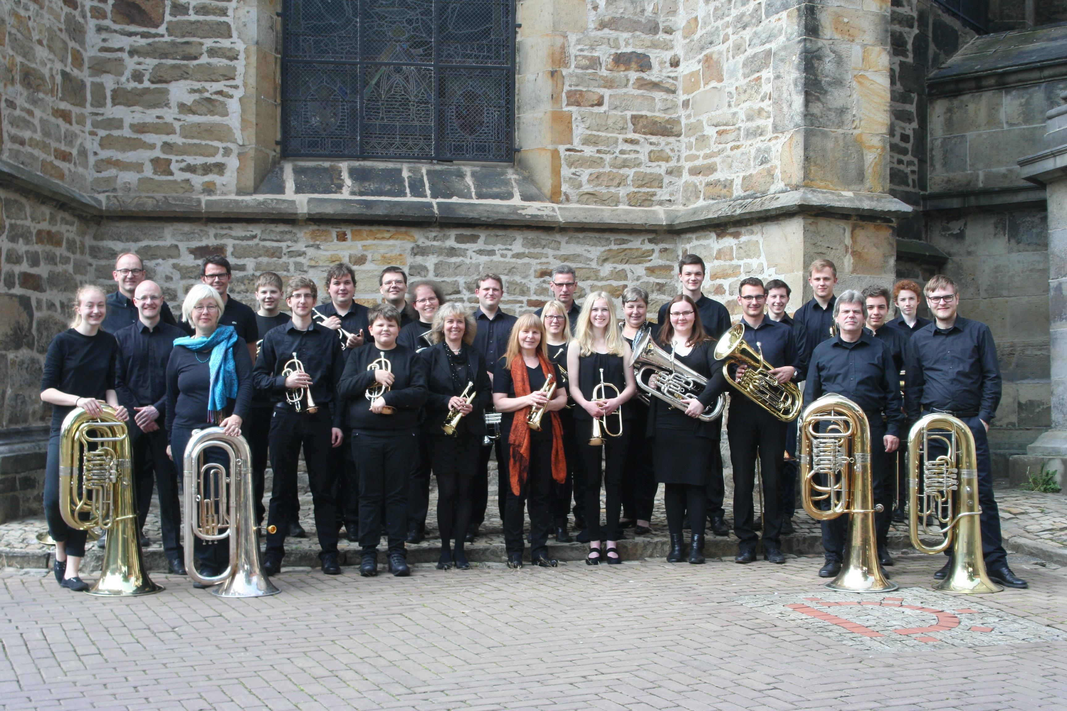 Gruppenfoto der St. Martini Brass Band aus Stadthagen neben der St. Martini Kirche in Stadthagen.